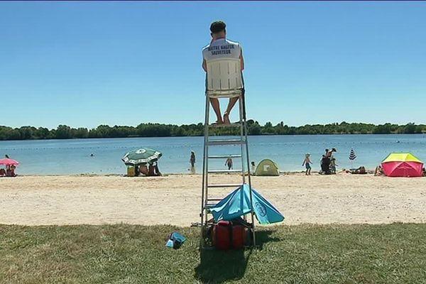 Cinq surveillants de baignades veillent à la sécurité des baigneurs à Arc-sur-Tille.