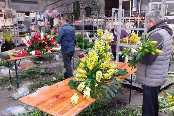 Les fleuristes réalisent des compositions pour les maisons de retraite et les monuments aux morts.