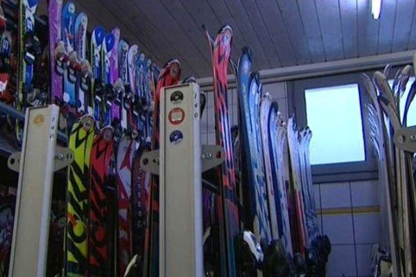A Métabief, les stations de ski peinent à ouvrir, les magasins de location laissent les skis au vestiaire.