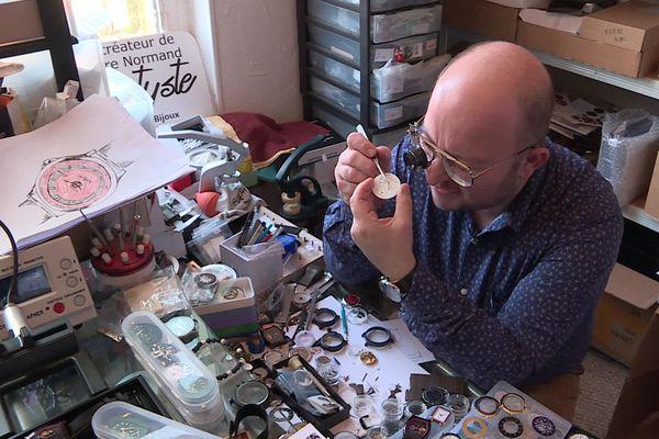 Baptyste conçoit et assemble ses montres dans un petit atelier à Motteville, près de Rouen