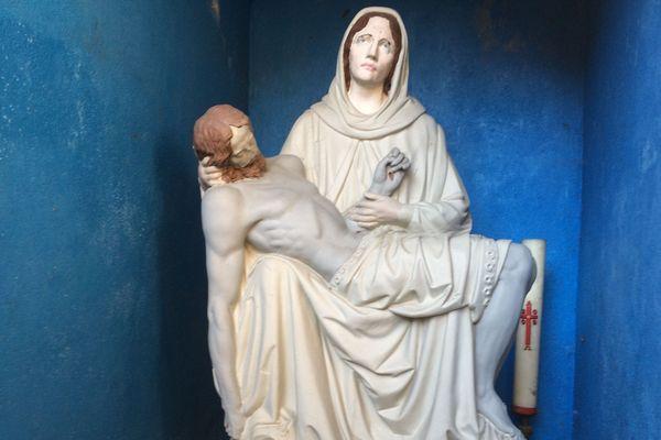 la statue originale de Notre Dame des Petits ventres, vandalisée au milieu des années 70, et conservée à la Chapelle St Aurélien