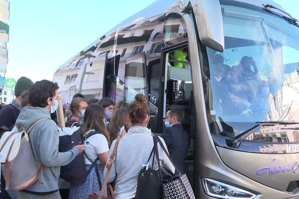 """Les voyageurs bloqués toute la nuit à Hendaye montent dans un car en direction de Bordeaux où un TGV les amènera à Paris avec plus de 20 heures de retard. """"Ca a été un bazar monstrueux"""" dénoncent certains"""