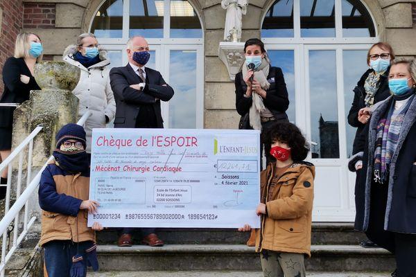 Ce mardi 4 février 2021, les écoliers de l'école de l'Enfant Jésus de Soissons ont remis fièrement un chèque de 12 000 € à l'association Mécénat Chirurgie cardiaque