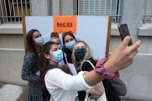 Des lycéennes devant les résultats du baccalauréat dans l'académie de Besançon. (Illustration)