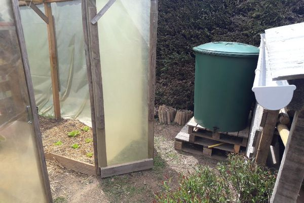 Un récupérateur d'eau de pluie installé dans le jardin de Yann Wioland, habitant de Meymac.