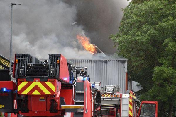 Les pompiers sont mobilisés pour venir à bout des flammes touchant un hangar de 1.500 m2 à Dannemarie dans le Haut-Rhin