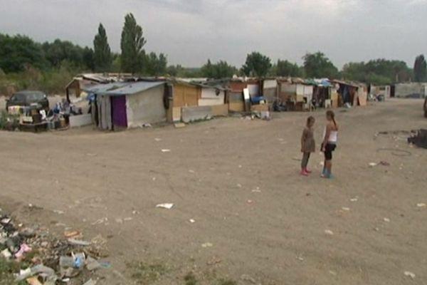 Le campement est installé à l'entrée de Sucy-en-Brie en bordure d'un parc d'activités.