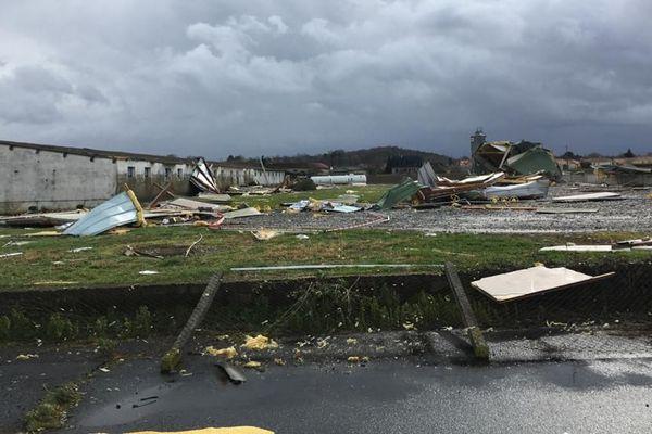 Un coup de vent de la tempête Karine a littéralement soufflé les bâtiments d'un élevage de poulet ce lundi matin à Orleix (Hautes-Pyrénées).
