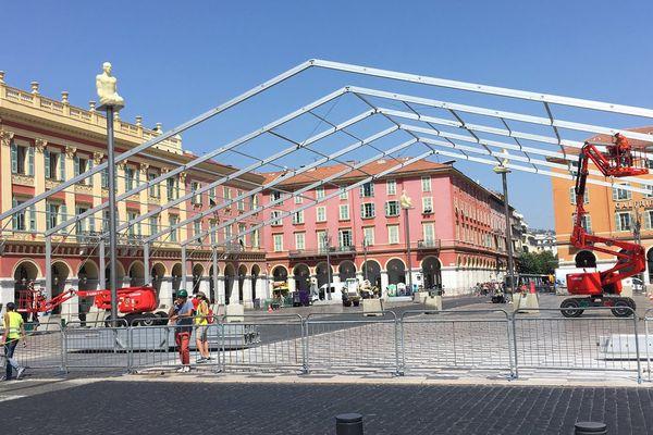 Installée à cheval sur les rails du tramway, cette structure coupe en deux la ligne du tramway.