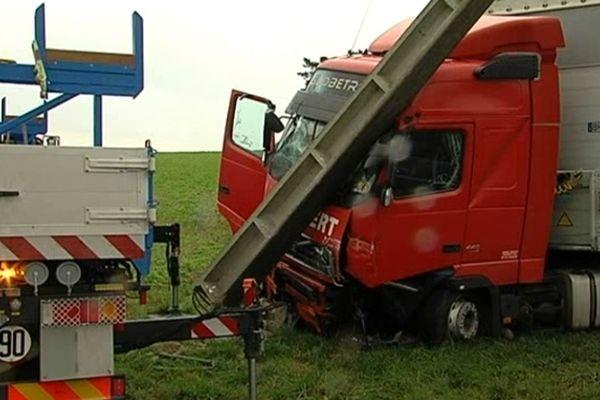 Poids lourd transportant des produits de matière dangereuse accidenté à Brimont - 51