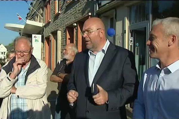 Stéphane Travert entouré de son père et de ses soutiens pour célébrer sa victoire