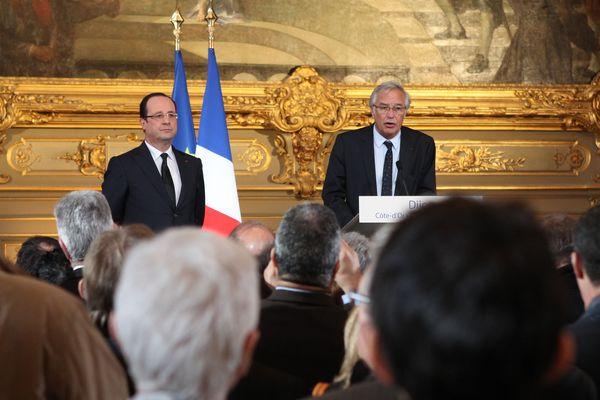 François Hollande et François Rebsamen lors d'un discours aux forces vives de la Nation, en direct de la mairie de Dijon, en mars 2013