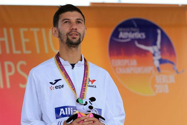 Redouane Hennouni (France) tenant sa médaille d'or, vendredi 24 août 218 à Berlin