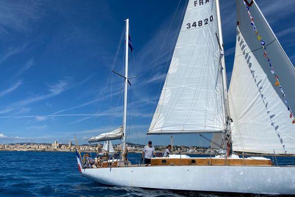 L'Aiglon, un kecht de 12 mètres dans le défilé de la Saint-Pierre 2021 devant les remparts d'Antibes.