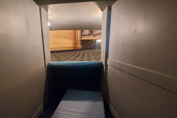 Les occupants prennent leurs quartiers au théâtre Graslin : des matelas sont installés dans les loges.
