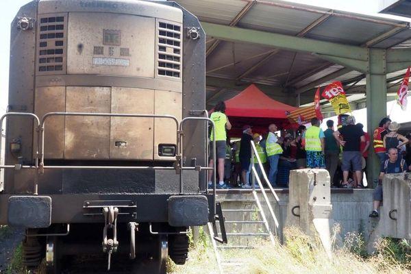 Des membres de la CGT protestent contre la suppression du train des primeurs à Perpignan, le 12 juillet dernier.
