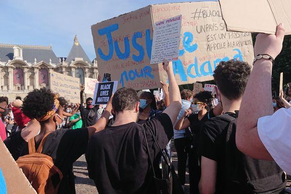 Des manifestants réclamaient aussi la justice pour Adama Traoré, homme noir décédé après son interpellation à Beaumont-sur-Oise en 2016.