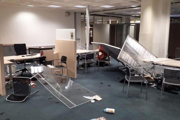 L'individu a fait de gros dégâts au niveau zéro du bâtiment, un étage dédié notamment au retrait des cartes d'identité.