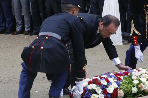 François Hollande rend hommage aux victimes des attentats aux Invalides à Paris