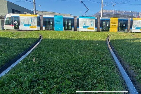 Un tram grenoblois entièrement couvert de la nouvelle campagne de prévention.