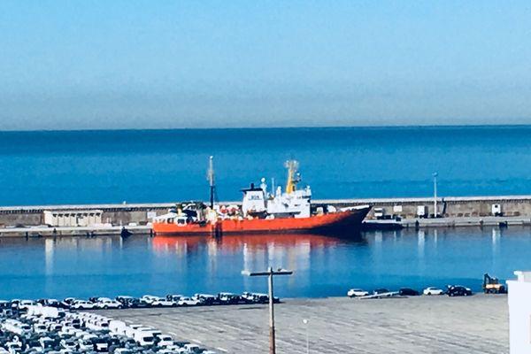 L'Aquarius est arrivé ce matin dans le port de Marseille. Sans pavillon, le navire recherche un pays d'accueil