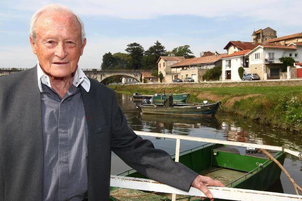 Robert Labeyrie dans son village de Saubusse dans les Landes, en mars 2020.