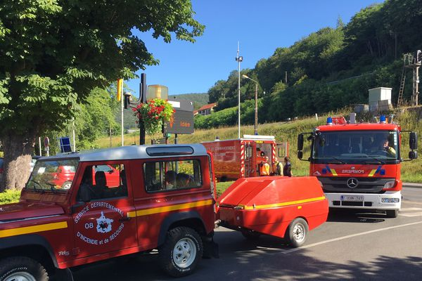 Pour une raison encore inconnue, un important incendie s'est déclaré dans un entrepôt de pneumatiques de 600 mètres carrés, situé avenue Blanqui dans la commune de Bogny-sur-Meuse.