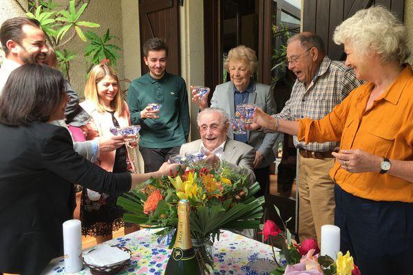 Guy Lamouroux, résistant, au centre, fête le 8 mai 45 accompagné de ses proches.
