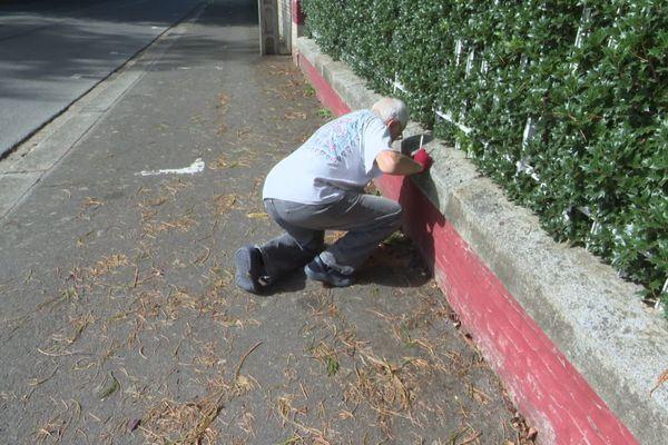 La loi est claire : c'est bien à chaque propriétaire de faire le ménage sur le trottoir devant chez lui.