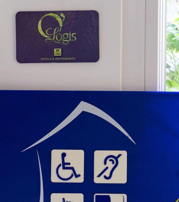 Le label tourisme et handicap est plus exigeant dans son attribution que la loi 2005 pour l'égalité des droits et des chances, la participation et la citoyenneté des personnes handicapées