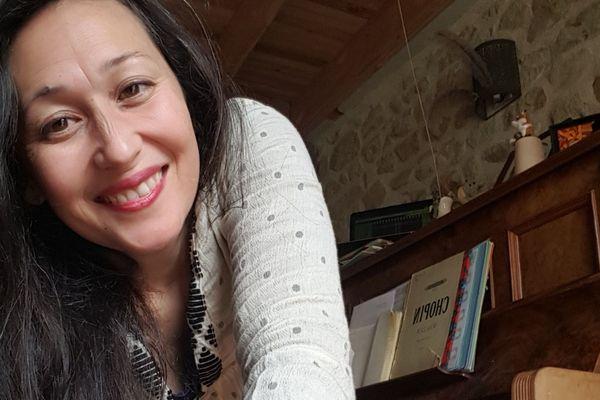 Elle s'appelle Amélie, si elle vit en Bretagne, son pays dit-elle c'est l'Auvergne Rhône-Alpes. Pour rester en lien, elle propose sur sa page Facebook à qui veut de composer une chanson collective.