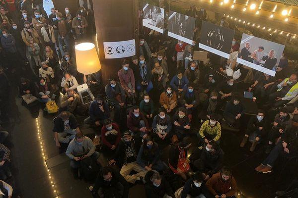 Plus de 200 personnes ont envahi le hall du théâtre de la cité à Toulouse.