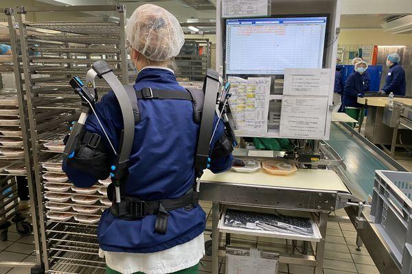 Ces robots d'assistance permettent aux agents de réduire l'effort lorsqu'il faut soulever des charges.