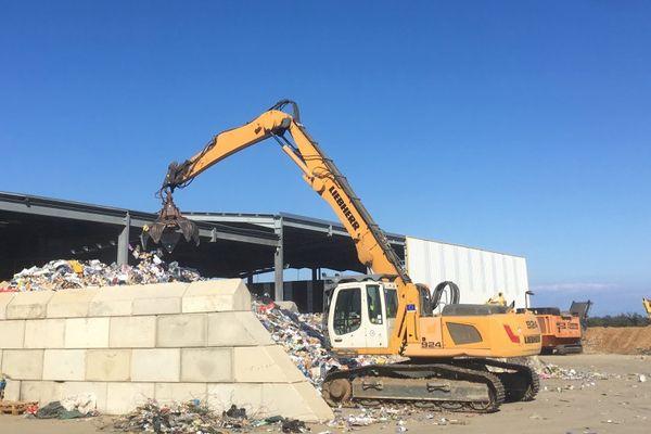 Traitement des déchets sur le site de la recyclerie AM Environnement à Biguglia (Haute-Corse).jpg