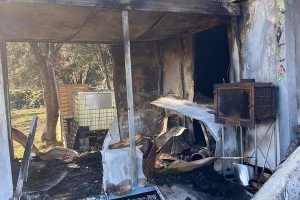Dans la nuit du lundi 18 au mardi 19 janvier l'exploitation agricole d'une apicultrice en installation a été touchée par un incendie.
