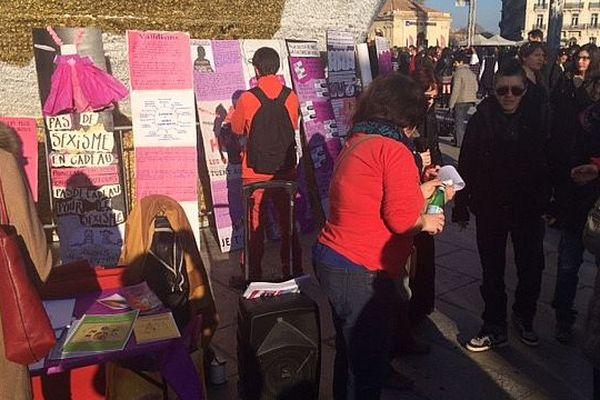 Des féministes manifestent contre le concours de Miss France sur la place de la Comédie, à Montpellier