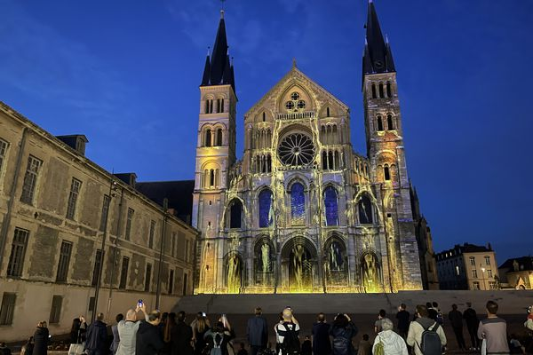 La grande première du spectacle Regalia à la basilique Saint-Remi a eu lieu jeudi 1er juillet à 22h45.