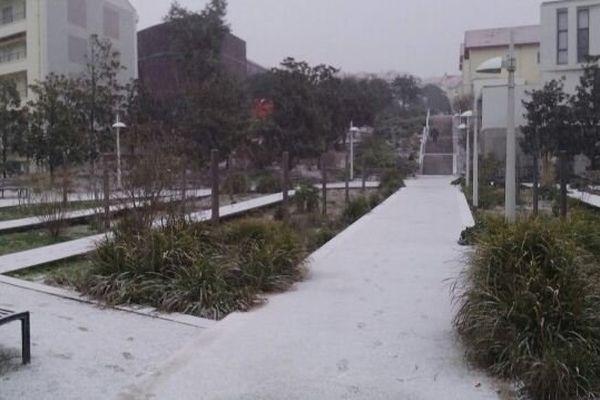 Les allées de cette résidence à Biarritz sont recouvertes de neige