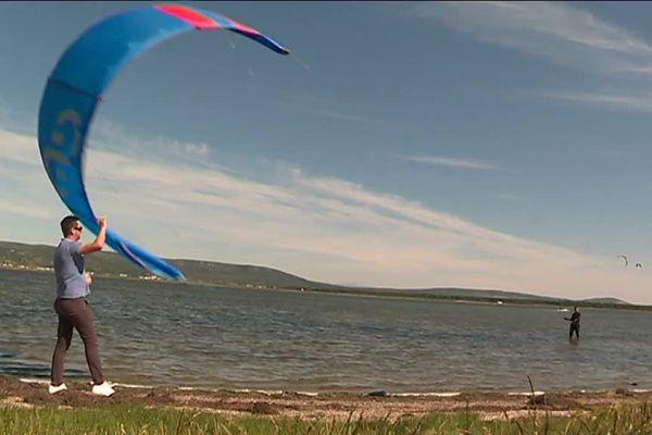 Sportihome est une plate-forme collaborative mise au point par une start-up montpelliéraine pour mettre en relation sportifs voyageurs et sportifs hébergeurs, comme ces kite-surfeurs qui découvrent le spot des Aresquiers à Frontignan (Hérault). - juin 2018.