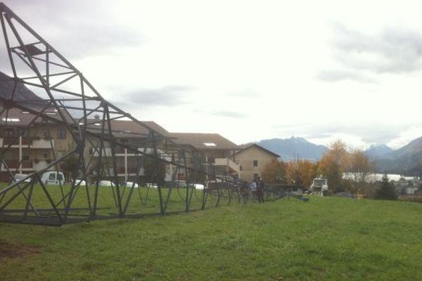 Dépose d'un pylône à Annecy-le-Vieux (Haute-Savoie)