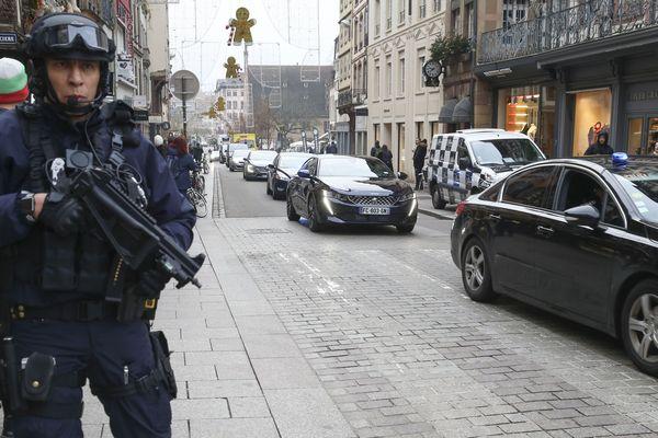 Un policier dans les rues de Strasbourg après l'attentat