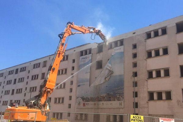 05/07/2018 - La démolition de la barre Mancini, quartier des Cannes-Salines a débuté à Ajaccio (Corse du Sud)