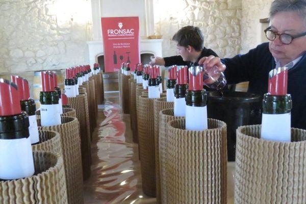 Jacques Dupont, dégustant les vins en primeurs sur l'appellation Fronsac et Canon Fronsac en 2019 © Jean-Pierre Stahl