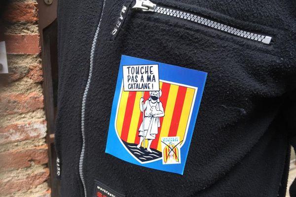 A Perpignan, des centaines de personnes se sont rassemblées devant la mairie pour exprimer leur opposition au nouveau logo choisie par la mairie - 10 avril 2021