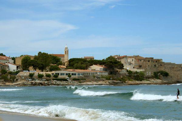 la plage d'Algajola, un jour de houle.