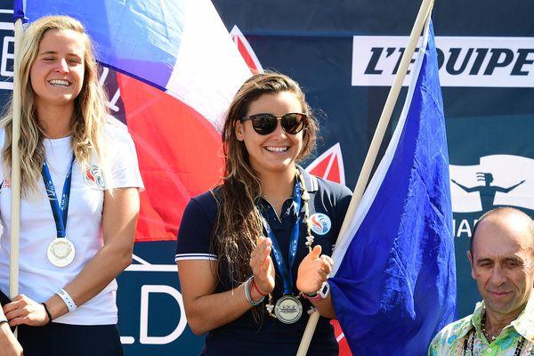 Johanne Defay ( à droite) a décroché le titre de vice-championne du monde de surf à Biarritz, lundi 22 mai. Sa compatriote, Pauline Ado (à gauche) est désormais championne du monde en titre.