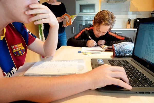 Le retour de l'école à la maison a été contrarié par les bugs techniques sur les espaces numériques de travail de l'Education nationale.
