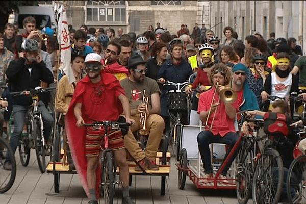 Maillots jaunes et costumes de super-héros étaient de sortie pour la Véloparade.
