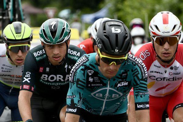 Franck Bonnamour (au centre), dans une échappée lors de cette première étape du Tour 2021 en Bretagne
