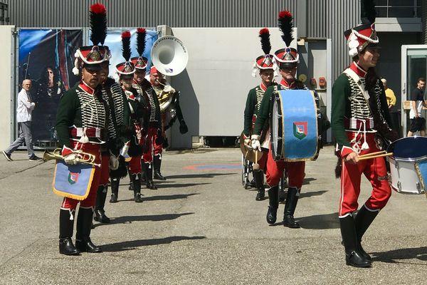 La fanfare est habillée aux couleurs du 8e régiment des hussards de Altkirch (Haut-Rhin).